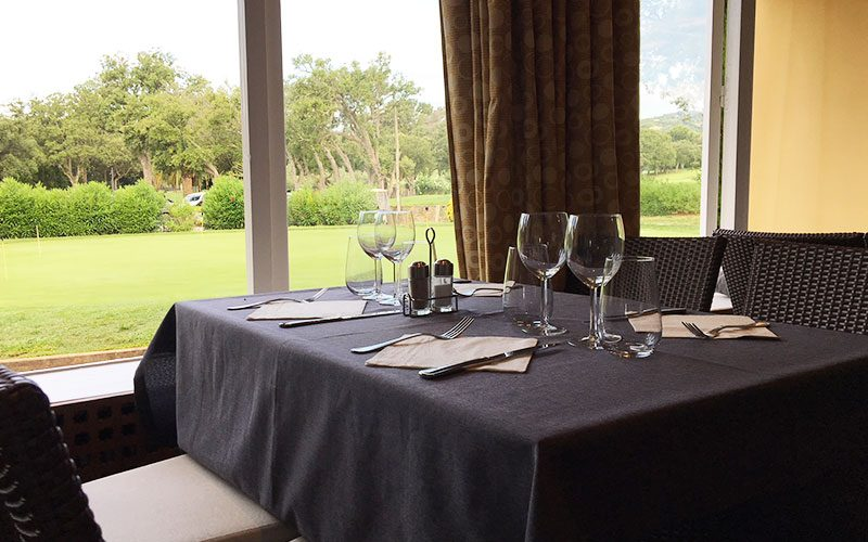 Restaurant Club House Golf de Beauvallon Grimaud Golfe de Saint Tropez inside table